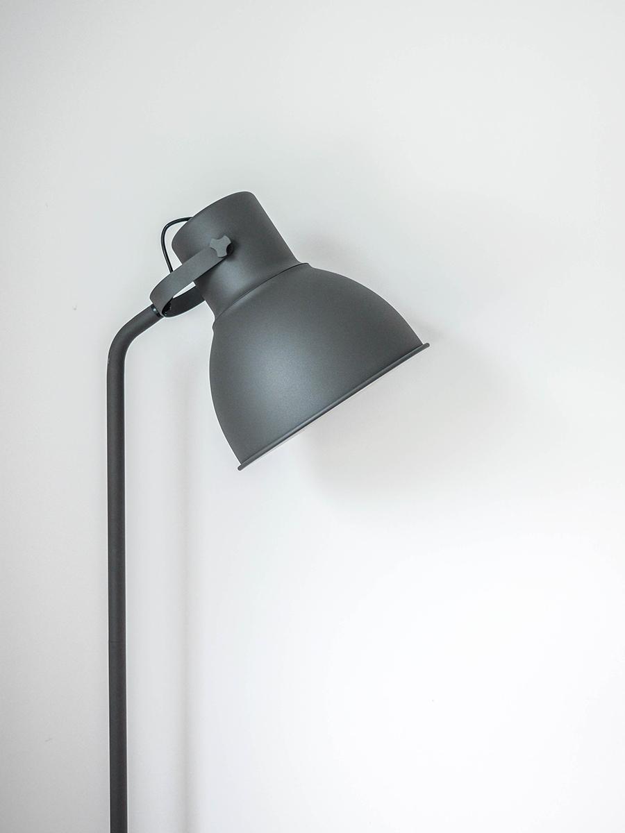 Architekt wnętrz - odbiór mieszkania od dewelopera - lampa